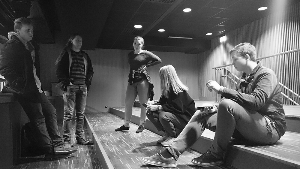 Elevane var også med på planlegginga av produksjonen. Her frå dagen før konferansen, i rommet som skulle bli TV-studio.